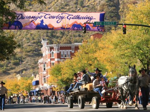 Desfile callejero sin vehículos motorizados durante el evento anual Durango Cowboy Poetry Gathering