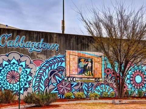 Un mural en el barrio de Cabbagetown en Atlanta, Georgia