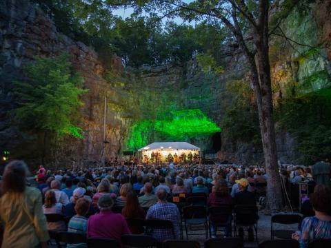 Una presentación de música en vivo en una cueva durante la Three Caves Concert Series en Huntsville, Alabama