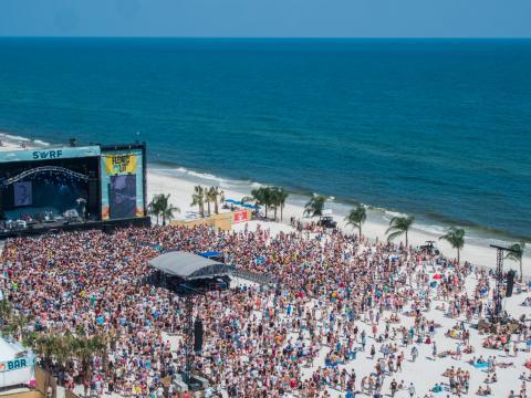 Viendo bandas en vivo en la playa durante el Hangout Music Festival en Gulf Shores, Alabama