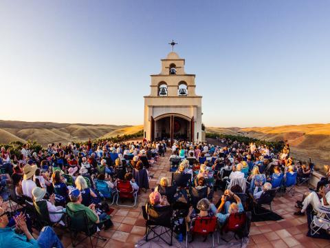 Festival Mozaic en la Serra Chapel en el condado de San Luis Obispo, California