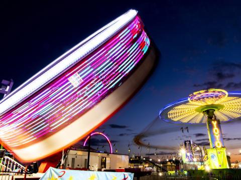 Paseos coloridos por la noche durante la Illinois State Fair en Springfield