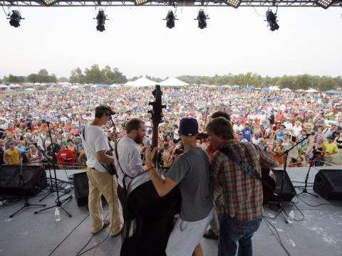 Presentación de bluegrass en vivo durante el festival ROMP en Owensboro, Kentucky