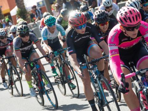 Ciclistas compitiendo en Sun City Crit en El Paso, Texas