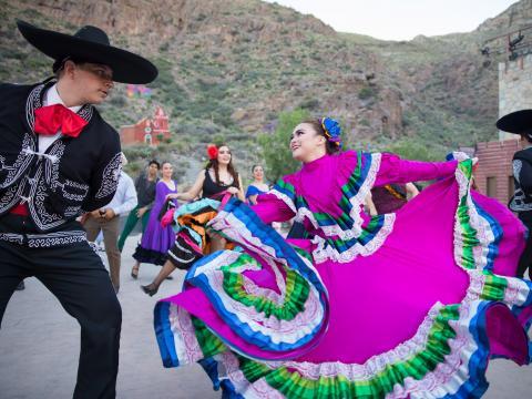 Baile tradicional mexicano durante el Viva! El Paso en Texas