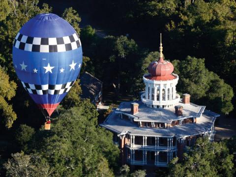 Un globo aerostático flotando sobre la mansión Longwood en Natchez, Mississippi