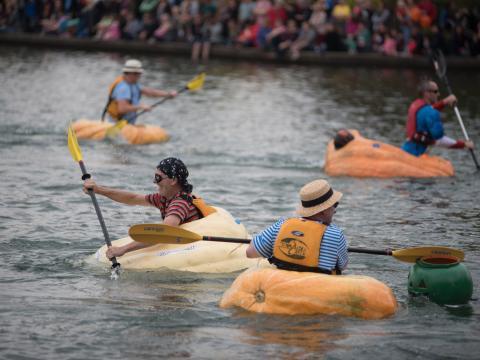Participantes remando en calabazas durante la West Coast Giant Pumpkin Regatta en Tualatin, Oregón