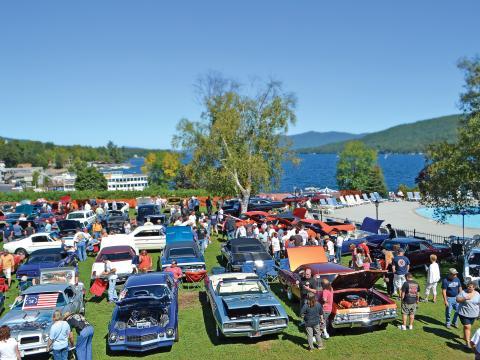 Autos antiguos en exhibición durante el Adirondack Nationals Car Show con vista al Lake George, Nueva York