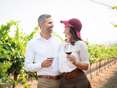 Pareja degustando vinos en un viñedo en Temecula Valley, California