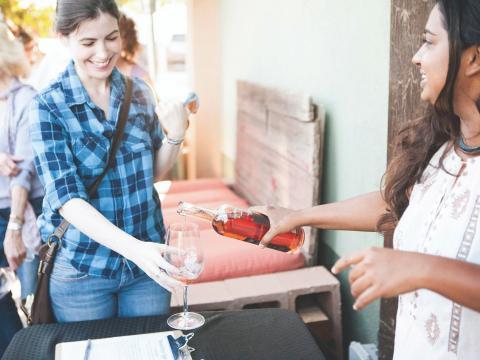 Degustando vino hecho con las uvas Zinfandel durante Vintage Weekend en Paso Robles
