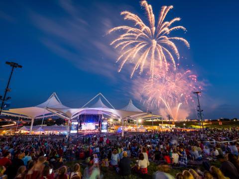 Espectáculo de fuegos artificiales del 4 de julio en Walmart AMP en Rogers, Arkansas