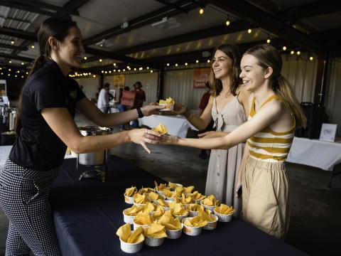 Degustación de las delicias del evento Taste of Rogers en Arkansas