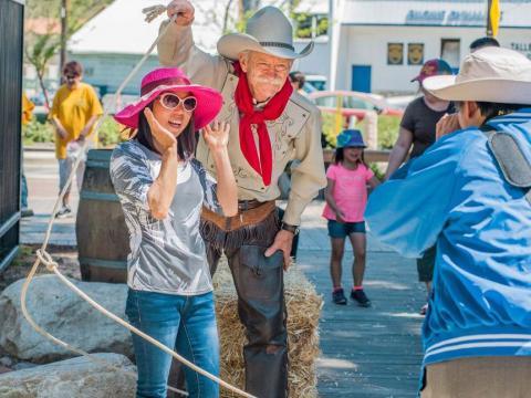 Posando con un vaquero en el Santa Clarita Cowboy Festival en California