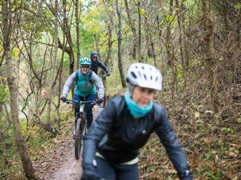 Ciclistas de montaña recorriendo el sendero durante Outerbike en Bentonville, Arkansas