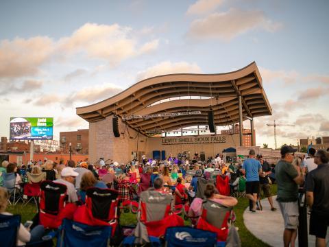 Viendo música en vivo en la serie de conciertos de verano de Levitt at the Falls en Sioux Falls
