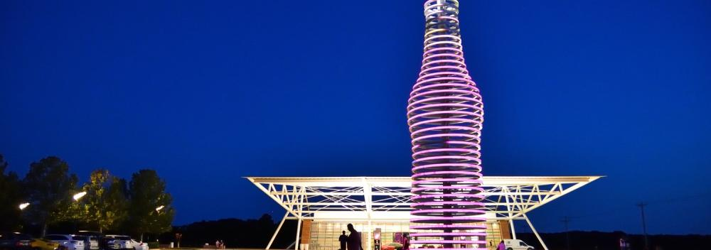 Botella gigante de soda con luces LED en Pops 66 Soda Ranch en Arcadia, Oklahoma